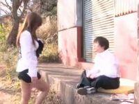 野外でオナニーしてる少年を誘う痴女