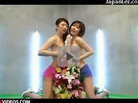 美女2人が巨大擬似ペニス相手に巧みなチンポさばき