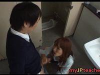 学校のトイレで生徒を痴女る淫乱教師