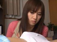 巨乳な美人お母さんが息子の朝立ちチ○ポの夢精を見てしまい・・・