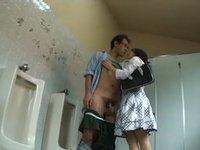 人妻たちが公衆トイレを利用して行う秘密の痴女行為