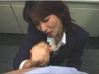 痴熟女OLは淫語を連呼しながら新入社員を手コキ