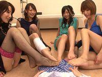 4人の痴女が様々なシチュエーションでパンチラ挑発