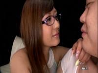 メガネをかけた知的な痴女が手コキで性液を搾り取る