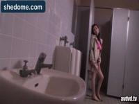 すげー巨乳のお姉さんが男子トイレにきわどい格好で入ってきた