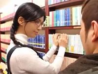 美人で評判の書店員がエロイ視線を送られ誘惑してくる