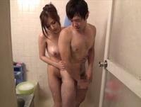 人妻が宅配便の男を誘惑シャワーに連れ込みドエロセックス