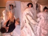 妹達が寝ている横で彼氏に抱かれるヤリたい盛りの美尻女子大生