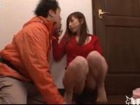 自分の胸に印鑑をはさんで「ハンコいらないの?」と宅配業者を誘い込む若妻
