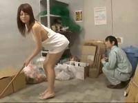 マンションのゴミ捨て場にノーブラTバックで行く欲求不満の奥さん