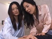 スケベ過ぎる3人の熟女が男の乳首をいやらしく責めまくる