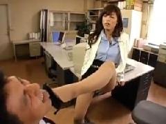 取引先の社員を高速亀頭責め手コキをするドSな美人秘書