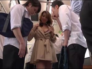 通学電車を狙ってコートの下を下着だけで若い男を漁りに行くドエロ熟女 風間ゆみ