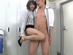 タイトミニのセクシー先生が教室で用務員のオジサンを痴女る