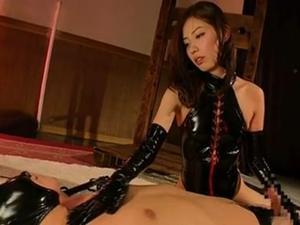エナメルボンテージの美人女王様が騎乗位でM男を調教セックス