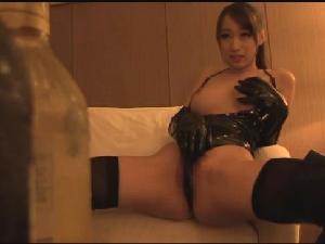 黒のエナメルボンテージで精子を搾り取る巨乳痴女 蓮実クレア