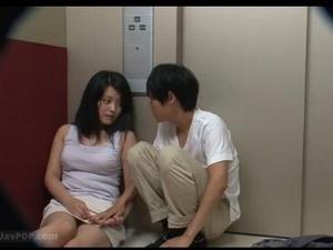 媚薬を飲んだ男女はエレベーターに閉じ込められ発情する一部始終