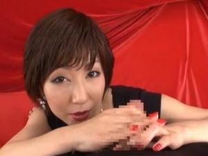 イキそうになると寸止めしながら淫語手コキするショートヘアのセレブ熟女