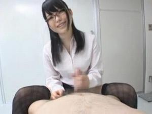 患者を寸止め手コキで翻弄するセクシーなメガネの痴女医 あおば結衣