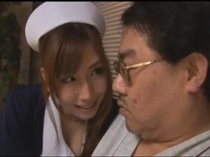 入院中のデブなおっさんを誘惑する巨乳の痴女エロナース 佐山愛
