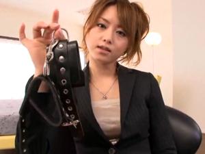 スーツの美人お姉様に手を拘束されて上から責められるM男 吉沢明歩
