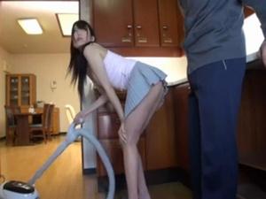 誘ってるようなミニスカートを履いて掃除機をかけてる息子の嫁がエロ過ぎる