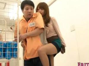 「コンドームどこですか?」コンビニでバイトの山田くんを誘惑するミニスカ痴女 吉沢明歩