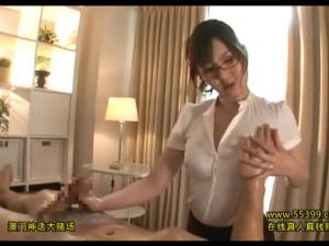 メガネ痴女エステティシャンが客のデカチンを淫語手コキで潮吹きさせる 辰巳ゆい
