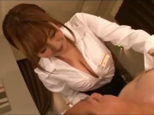 スケベな爆乳のエステティシャンが淫らに誘惑して本番まで 新山らん