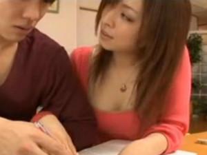 メスの顔でおっぱいを押し付けて生徒を誘惑する淫乱家庭教師 雪見紗弥