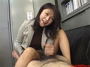 熟女教師の寸止め手コキで生徒の若いチ○ポはパンパンになる