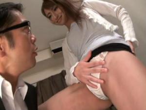 男にパンチラを見せつけて逆ナンして性欲を解消する痴女 瀬名あゆむ 東尾真子