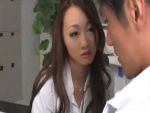 エロい雰囲気の女医は好みの患者のザーメンを手コキフェラで搾り取る痴女だった 無修正