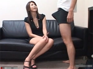 スラっとした綺麗な脚の美人人妻にセンズリ見てもらうの興奮する