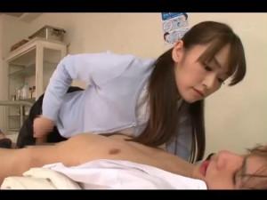 痴女教師が保健室で寝ているイケメン生徒を妖艶な魅力で誘惑して犯していく 灘ジュン
