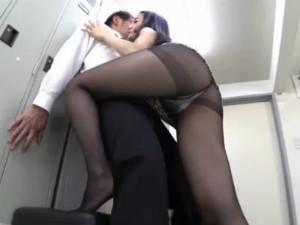 先輩痴女OLが美脚な上に黒パンストを着用のまま更衣室で責めてくる みづなれい