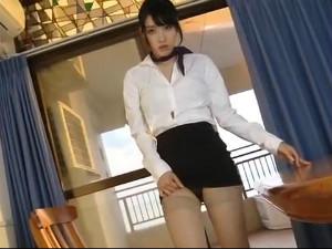 ホテルウーマンが自らタイトスカートをまくって黒のエロ下着を魅せつけるイメージビデオ 今野杏南