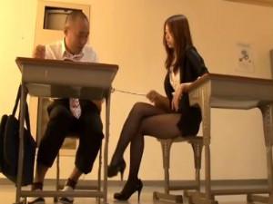 教室で女教師にマンツーマンで責められて手コキ抜かれる