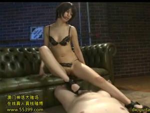スレンダーモデル体型の痴女が美脚足コキとローション手コキでM男責め 川上奈々美