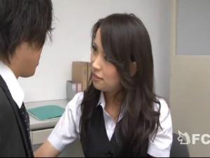 新入社員をドSに痴女責めしアナルまでイジって手コキ射精したのを怒る美人な先輩OL 真木今日子