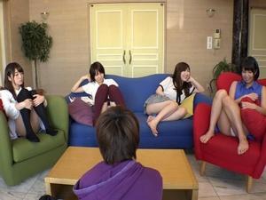 痴女な姉たちが無防備パンチラでボクを勃起させる毎日 初美沙希 湊莉久 美泉咲 高梨あゆみ