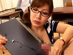 【美泉咲】メガネ痴女教師が男子生徒を集めて手コキ授業