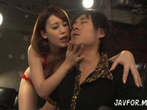 美巨乳痴女の執拗なベロチュー手コキで大量射精するM男!本田莉子