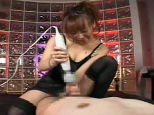 M男を拘束してチンポにストッキングを被せて電マで亀頭責めする熟女が痴女過ぎる