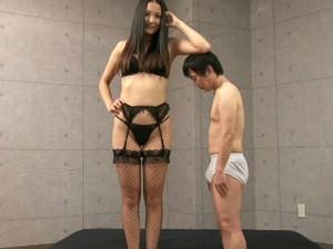 182cmの長身痴女がチビのM男を好き放題バカにながらイジメまくる 内田真由