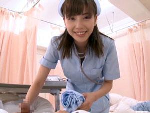 美人痴女ナースが入院患者のM男2人をまとめて手コキフェラで強制射精 横山美雪