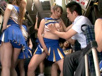 バスに乗ったら20人のチアガールが目の前でスカートをヒラヒラ見せ付けサラリーマンを痴女る
