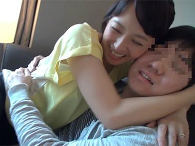 50歳の美熟女が童貞M男をやさしくリードして筆おろしする童貞卒業動画 安野由美