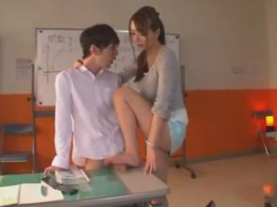 タイトスカートの予備校痴女教師は生徒のチンポを机に置いて踏みながら足コキする 希崎ジェシカ