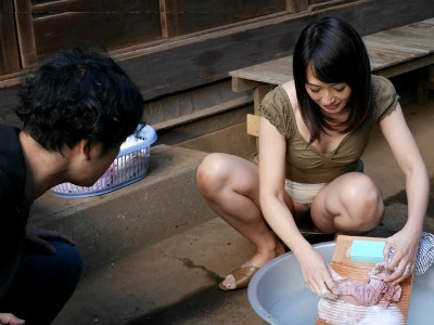 隣の奥さんが無防備すぎ!ノーパンで僕を誘惑する隣の奥さん 安野由美